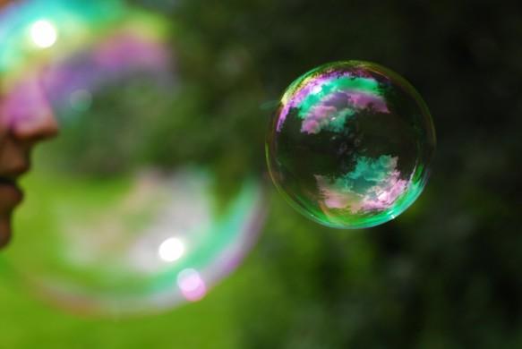 Groene achtergrond, links gezicht en profile, rechts zeepbel