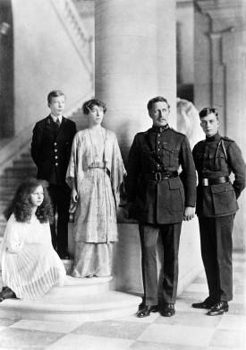 Albert en Elisabeth met hun kinderen MarieJose´, Karel en Leopold (r.)
