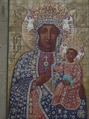 Het tegeltableau van de Poolse madonna in de Poolse kapel van Breda, ontworpen door Jan Gladdines (1954). Herkomst: Wikimedia Commons. Foto G. Lanting (2008).