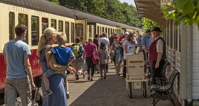 De Miljoenenlijn op een zonnige dag met publiek en vrijwilligers. Foto John Kreukniet.
