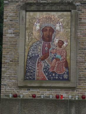 Het altaar met het tegeltableau van de Poolse madonna in de Poolse kapel van Breda, ontworpen door Jan Gladdines met een natuurstenen lijst van Frans Verhaak (1954). Herkomst: Wikimedia Commons. Foto G. Lanting (2008).
