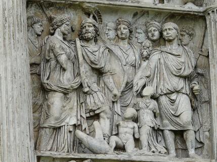 Detailfoto van een relief op de Triomfboog van Trajanus in Benevento
