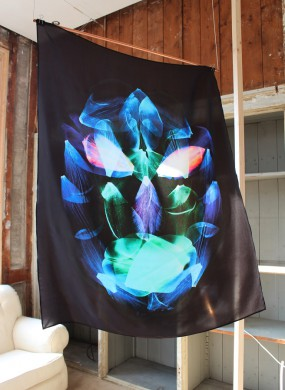 Zwarte achtergrond, blauwe, groene, rode, tulpenblaadjes die overlappen