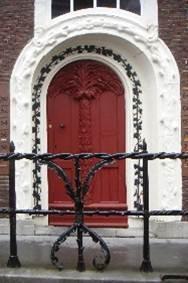 Rondom de voordeur van het monumentale pand De Krakeling.