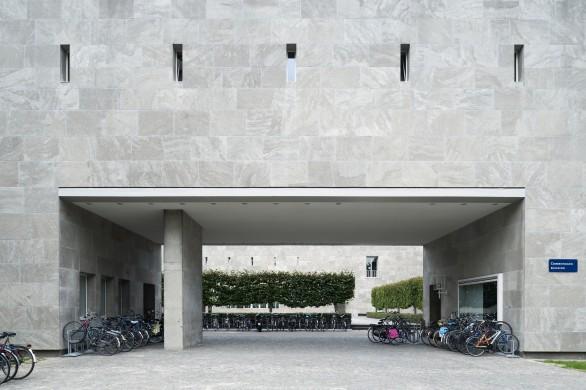 Een van de hoogtepunten uit het oevre van Jos. Bedaux is het Cobbenhagen gebouw van de Universiteit van Tilburg (1950-1962). Herkomst: Beeldbank RCE-Sergé Technau 2012