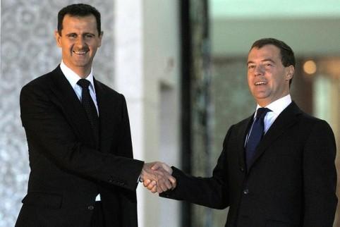 President Bashar al-Assad schudt handen met de destijdse Russische president Dimitri Medvedev