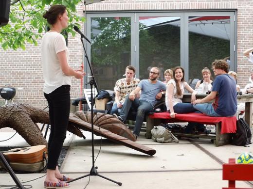 Marieke stelt de dichters voor aan het publiek