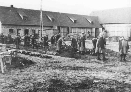 Vrouwen verrichten dwangarbeid in concentratiekamp