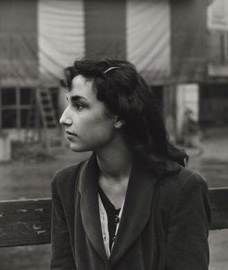 Vrouw en profile, zwarte jas, zwart haar, grijs wit doek op de achtergrond