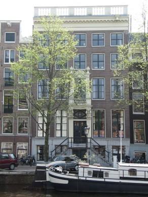Dubbel huis met gevel onder gesneden lijst met balustrade for Lijst inrichting huis