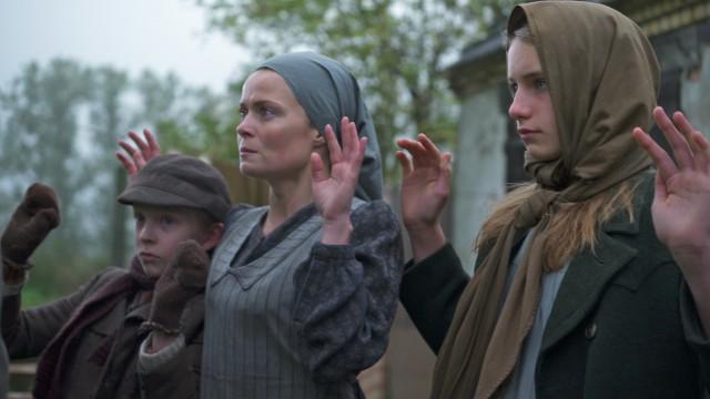 Moeder met dochter en zoon met handen omhoog