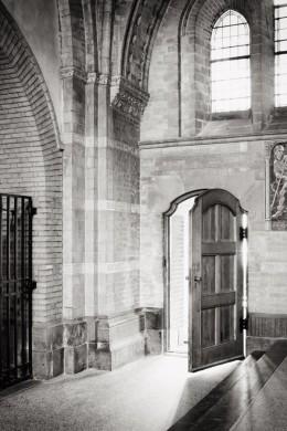 Niels Polak, Het binnentredende licht door de deur in de Franciscuskapel van de nieuwe Bavo, , ontworpen door Joseph Th. J. Cuypers.