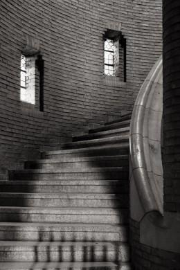 Niels Polak, Het trappenhuis aan de noordkant van de westbouw van de nieuwe Bavo, ontworpen door Pierre J.J.M. Cuypers junior.