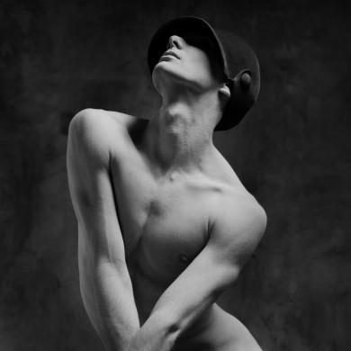 Buste blote, witte figuur tegen zwarte achtergrond