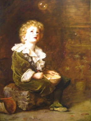 bruine achtergrond jongetje in bruin pakje met witte kraag kijkt schuin omhoog, middenboven een transparante bal