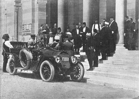 Franz Ferdinand stapt in zijn voertuig in Sarajevo, minuten voor de eerste aanslag