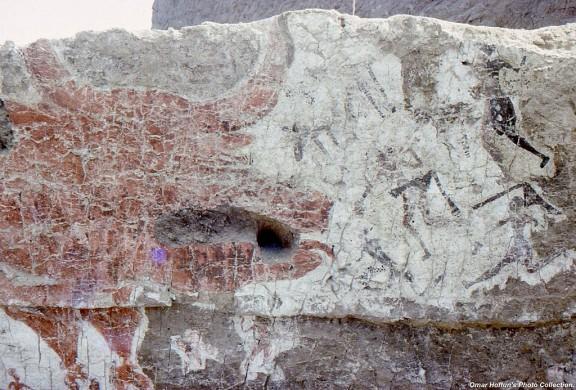 achtergrond rood wit, zwarte restanten van figuren