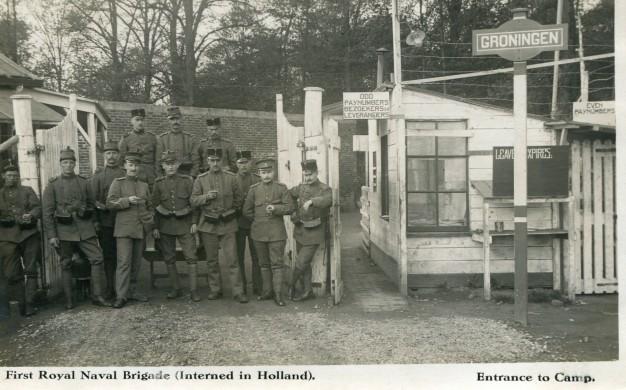 zwart-wit opname van de ingang van het Engelse interneringskamp in Groningen met 12 soldaten en bordjes