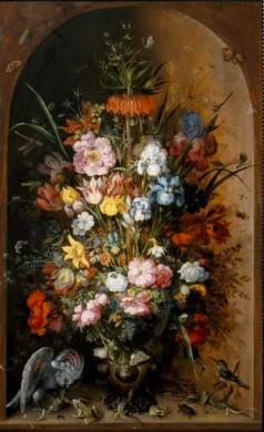 Boogvorimige nis, oranje bruin, voorgrond bloemen, vele kleuren, links voor het naar beneden kijkende uil en kikker en salamanders.