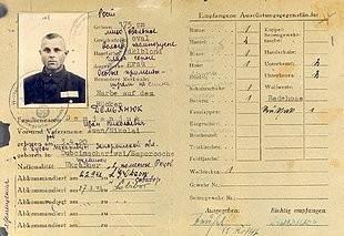 Het 'Dienstausweis' van Demjanjuk uit zijn tijd als kampbewaker. Dit is het belangrijkste bewijs tegen hem in de rechtszaak.