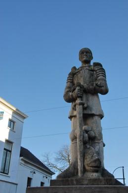 Grijs beeld van een man van onder af gezien, tegen blauwe lucht
