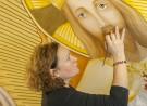 Jojanneke Post bezig met de finishing touch van de baard van Christus Koning/heilig Hart. De foto is genomen vanaf de steiger in de kathedraal te Rotterdam. Foto Léontine van Geffen-Lamers, Monumentenfotograaf.nl december 2017.