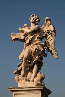 Foto van standbeeld van een engel die een inscriptie vasthoudt, kopie naar Bernini, te Rome