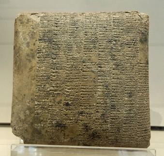 Foto van een spijkerschriftsttekst met de jaarbalans van een staatsboerderij, 20e eeuw voor Christus.