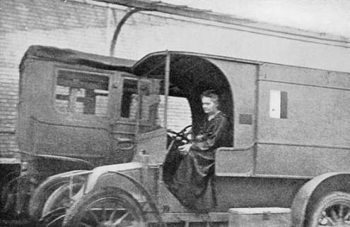 Marie Curie achter het stuur van een van de mobiele Röntgenapparaten tijdens de Eerste Wereldoorlog.