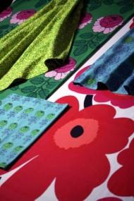 Rode bloemmotieven, groene stelen, roze bloemen, en blauw met groene bloemsjablonene