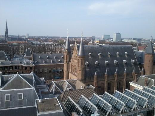 Foto vanuit de lucht van het Binnenhof met de Ridderzaal