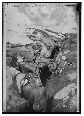 Zwart wit archief beeld van loopgraven in Italiaanse bergen