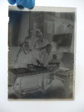 Een van de glasnegatieven van Pierre M. Cuypers met zijn vader op de schoot van zijn overgrootvader, zijn grootvader links en zijn ooms staand.