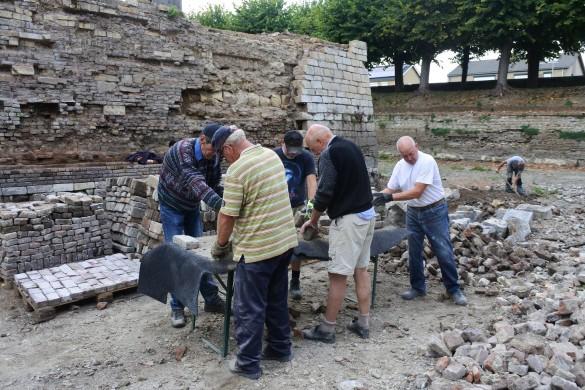 Vrijwilligers aan het werk bij kasteel Borgharen. Foto Ronny Bessems 2018 (FB 41539079 ...594944_o).