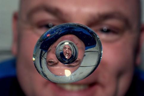 André Kuipers speelt met een waterdruppel tijdens zijn verblijf op het ISS