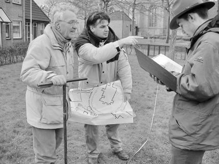 Booronderzoek op het terrein naast de Grote Kerk door leden van de Archeologische Werkgroep Beverwijk –Heemskerk: J. Hendrikse, J.P. Kleijne Mak en J. Roefstra