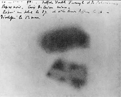 De fotografische plaat waarop Henri Becquerel in 1896 ontdekte dat uranium, ook zonder blootstelling aan warmte of licht, geheimzinnige straling af geeft.