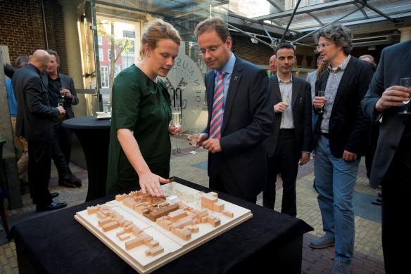 inke Happel van HappelCornelisseVerhoeven licht haar visie toe aan wethouder Jan-Jaap de Haan