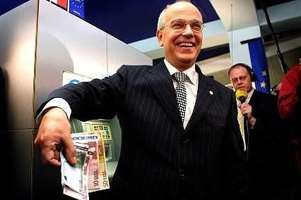 Minister van Financiën Gerrit Zalm haalde op 1 januari 2001 iets na middernacht de eerste Eurobiljetten uit een geldautomaat in Maastricht.
