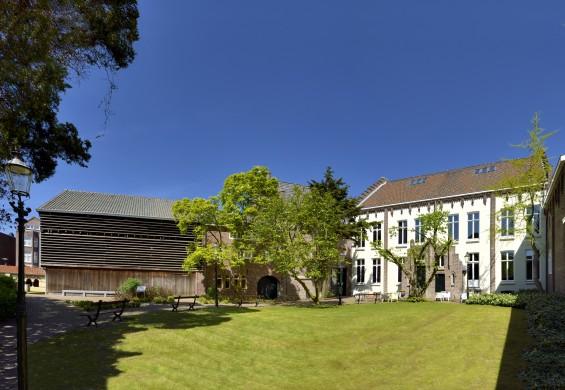 Vue en op de tuin met de houtloods en het corps de logis van het Cuypershuis. Foto Cuypershuis-Atelier Harry Segers.