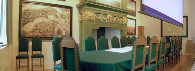 Directiekamer in het Oost-Indisch huis in Amsterdam met de vergadertafel van de Heren XVII