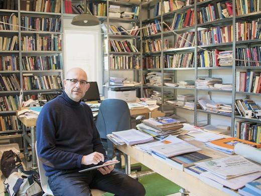 Toine Pieters in zijn werkkamer