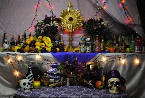 Haitiaans voodoo altaar, gemaakt ter ere van het festival voor de Guede in Boston
