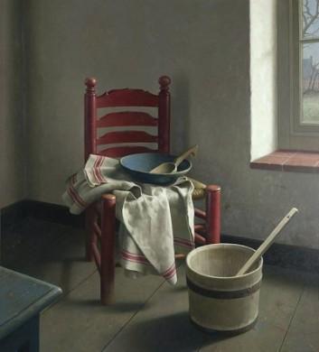 Bruine stoel tegen grijze achtergrond en rood detail