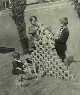 Duitse kinderen spelen met stapels bankbiljetten. De enorme hyperinflatie in de jaren 20 in Duitsland is een schrikbeeld van de willekeur in Europees monetair beleid