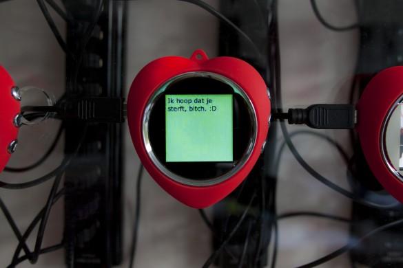 Grijze achtergrond, rode lijstjes met daarbinnen groen en een zwarte tekst