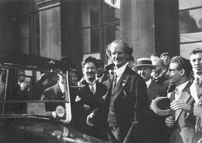 Onthaal van professor Auguste Piccard en zijn assistent Paul Kipfer in Brussel na hun opstijging