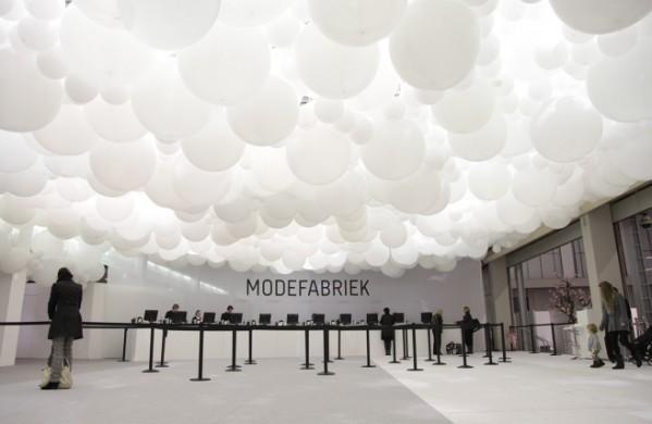 ruimte met witte verlichte bollen aan het plafond