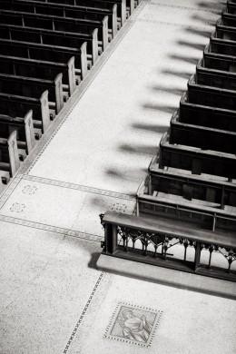 Niels Polak, Contrasten in de vue vanaf de orgeltribune op de banken en de vloer in de nieuwe Bavo, ontworpen door Joseph Cuypers (foto 2014).