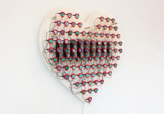 Wit hart met rood omrande schermpjes met daarbinnen groen